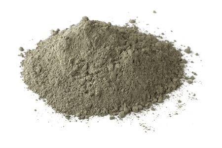 vijzel: Stapel van droge grijs portlandcement op wit wordt geïsoleerd Stockfoto