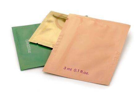 sachets: Tres de aluminio papel de aluminio bolsas de cosm�ticos aislados en blanco