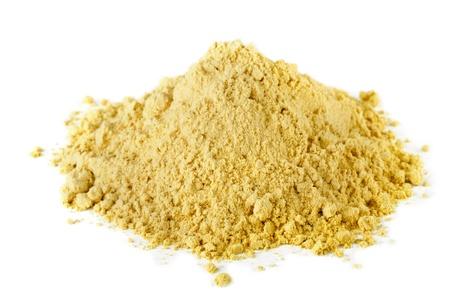 harina: Pila de la especia seca en polvo de mostaza aislada en blanco