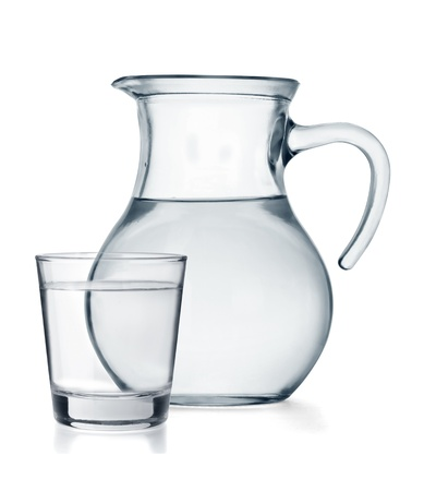 acqua vetro: Un bicchiere e una brocca piena d'acqua isolato su sfondo bianco