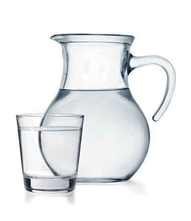 copa de agua: Un vaso y una jarra llena de agua aisladas sobre fondo blanco