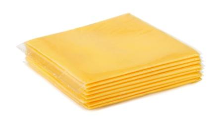 objetos cuadrados: Envuelto queso fundido en rodajas aislado en blanco