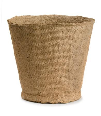 turba: Vaciar maceta de turba aislado en blanco Foto de archivo