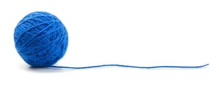 青白で隔離される糸クリューの編み物