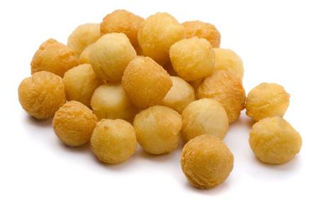 Gefrituurde aardappelpuree en kaas ballen geïsoleerd op wit