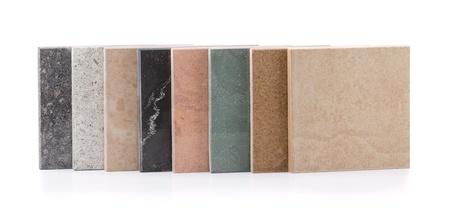 様々 な天然石のタイルの白で隔離される行