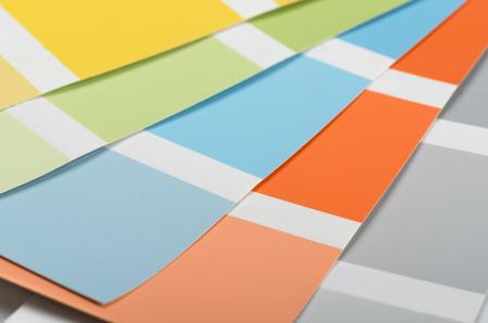 pintor de casas: Las muestras de colores de la pintura de acr�lico y sombras Foto de archivo
