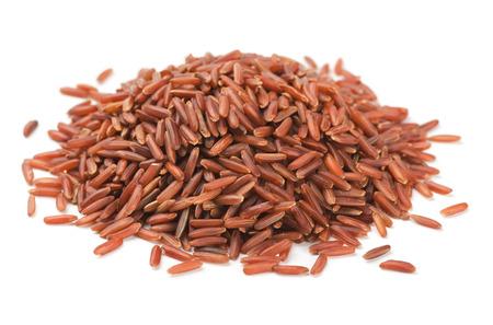 Stapel van rode rijst op wit wordt geïsoleerd Stockfoto