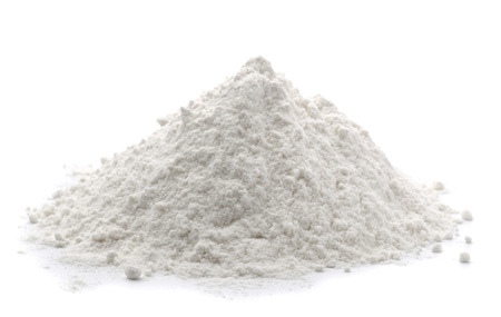 Stapel van tarwemeel op wit wordt geïsoleerd