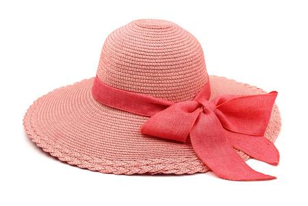 chapeau de paille: Chapeau de paille rose avec un arc isolé sur blanc
