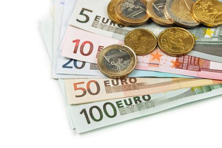 dinero euros: Monedas y billetes sobre fondo blanco  Foto de archivo