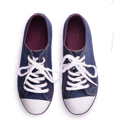 Bovenaanzicht van denim sneakers geïsoleerd op wit
