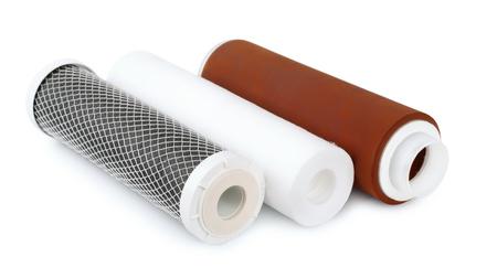 agua purificada: Tres cartuchos de filtro de agua aisladas en blanco Foto de archivo
