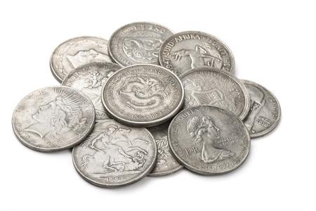 monedas antiguas: Mont�n de viejas monedas de plata aislado en blanco