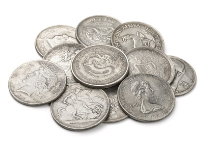 monete antiche: Mucchio di vecchie monete d'argento isolato su bianco Archivio Fotografico