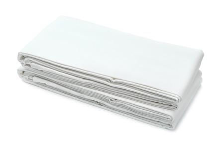 Stapel witte gevouwen beddengoed op wit wordt geïsoleerd Stockfoto - 42907391