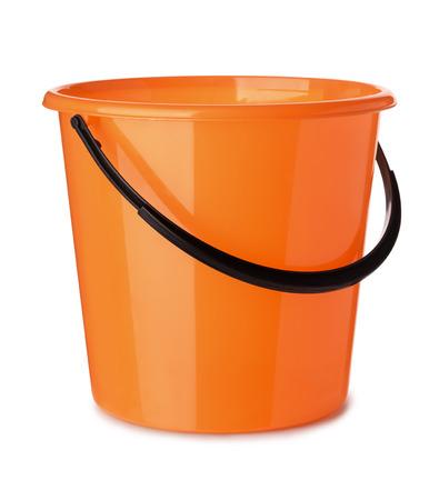 白で隔離オレンジ色のプラスチック製のバケツ