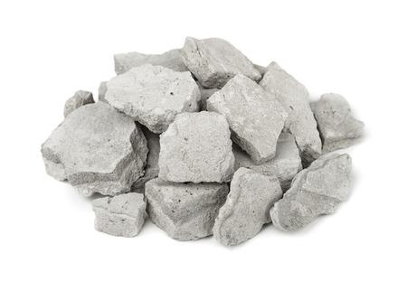 Cumulo di macerie di cemento isolato su bianco