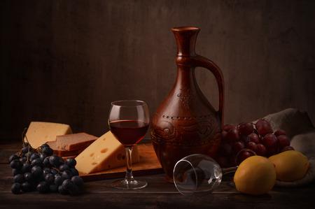 Stilleven met wijn, druiven en kaas