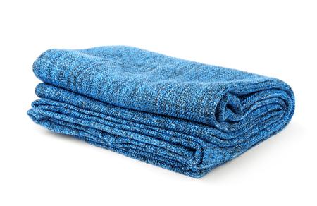 Gevouwen blauwe warme deken op wit wordt geïsoleerd Stockfoto