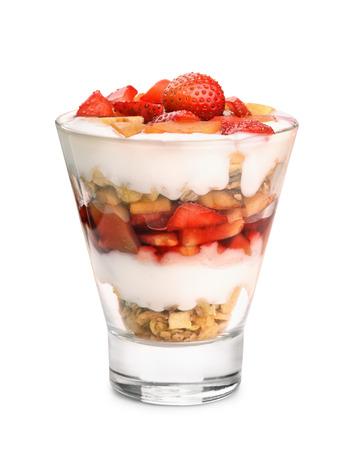 Glas fruit en yoghurt parfait op wit wordt geïsoleerd