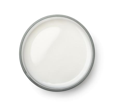 Bovenaanzicht van glas melk op wit wordt geïsoleerd