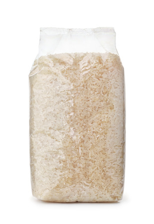 Plastic zak droge lange rijst die op wit wordt geïsoleerd