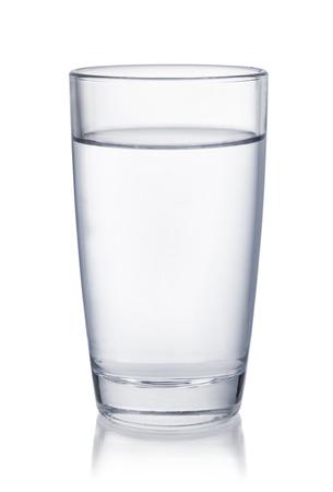 acqua bicchiere: Vista frontale del bicchiere d'acqua isolati su bianco