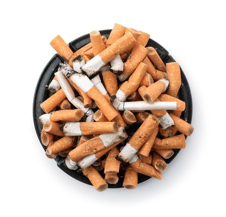 Aschenbecher voller Zigarettenstummel isoliert auf weiß