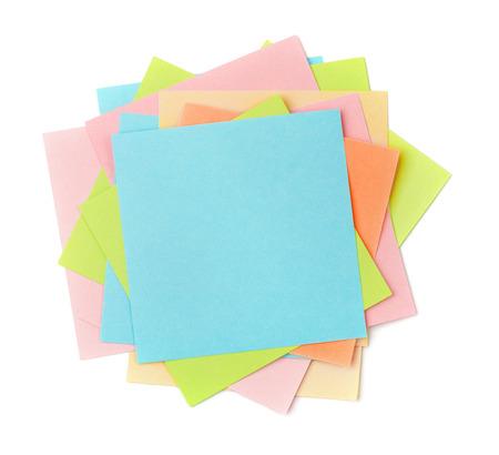Bovenaanzicht van kleurrijke kleverige nota papieren op wit wordt geïsoleerd Stockfoto