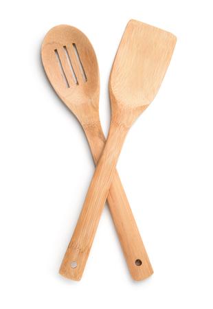 Bovenaanzicht van houten keukenslepel en spatel geïsoleerd op wit