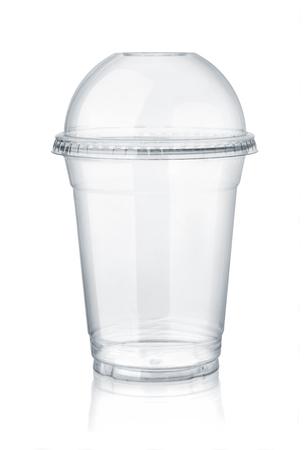 Plastic duidelijke kop met koepeldeksel dat op wit wordt geïsoleerd