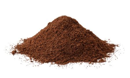Stapel van verse grondkoffie die op wit wordt geïsoleerd