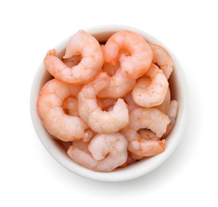 vue de dessus bol avec des crevettes bouillies bouillies isolé sur blanc