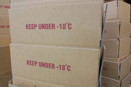 alimentos congelados: caja de papel con el texto a mantener bajo -18 para la industria de alimentos congelados