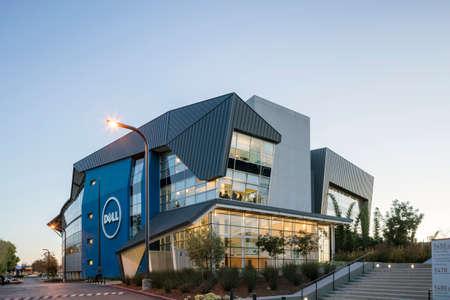 산타 클라라, 캘리포니아 - 2015 년 11 월 4 일 : 급변하는 IT 업계의 영향력을 확대하기 위해 Dell은 산타 클라라의 연구 개발 센터에 600 명의 직원을 추가하여 실리콘 밸리에서의 입지를 넓혔습니다.