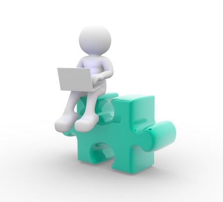 piezas de rompecabezas: 3d gente - hombre, persona con un ordenador port�til y piezas de rompecabezas. Foto de archivo