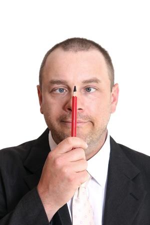 Mann mit kurzen Haaren sitzt auf einem roten Bleistift Peering Standard-Bild - 11663621