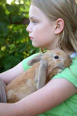 Blondes Mädchen mit ihrem Kaninchen Standard-Bild - 11673972