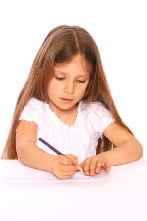 Ein junges Mädchen mit langen, blonden Haaren ist mit einem Stift schreiben. Standard-Bild - 11940569