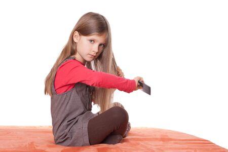 Mädchen cumbing ihr langes Haar. Standard-Bild - 12006320