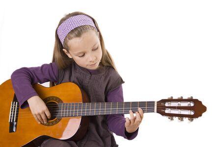 Ein junges Mädchen mit langen Haaren spielt Gitarre. Standard-Bild - 12006316