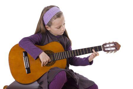 Ein junges Mädchen spielt eine Gitarre. Standard-Bild - 12031451