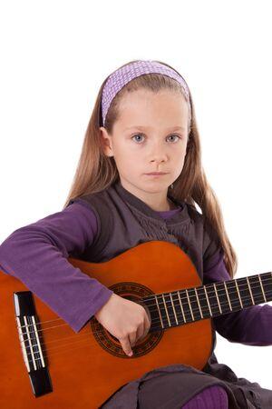 Ein junges Mädchen spielt eine Gitarre. Standard-Bild - 12031469