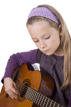 Ein junges Mädchen spielt eine Gitarre. Standard-Bild - 12031465