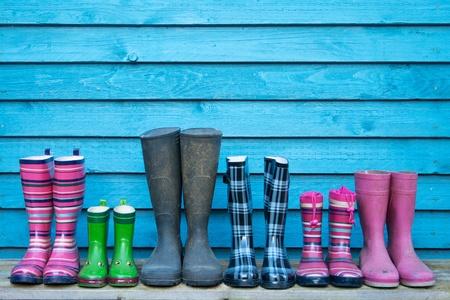 famiglia in giardino: stivali di gomma