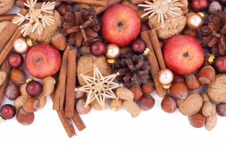 noten, kaneel, appels en kerstboom ballen Stockfoto