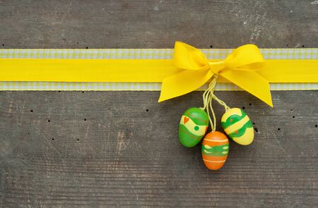 gelb: yellow loop and easter eggs on wooden ground