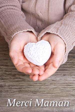 Hände mit weißen Herzen und Schriftzug dank mom Standard-Bild