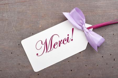 Label mit Schriftzug Dank und violetten Schleife Standard-Bild - 17783237